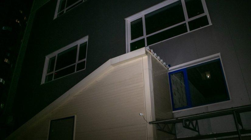 В Дарницком районе подросток хотел повисеть на краю крыши и сорвался