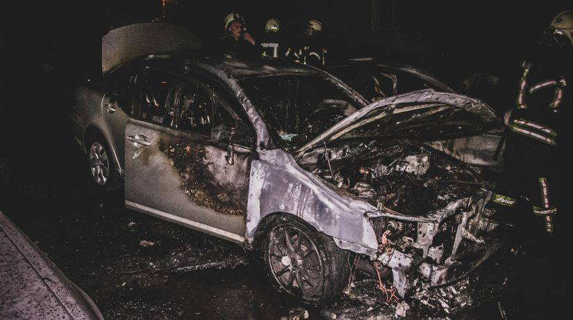 На бульваре Перова во дворе дома горели три автомобиля
