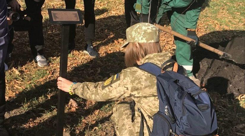 В Киеве высадили аллею яблонь в честь погибших женщин-воинов