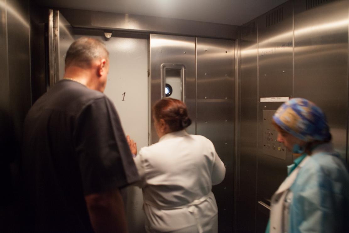 в лифте, больница