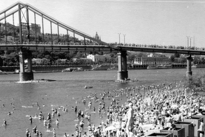 Трухановский (Пешеходный, Парковый) мост через Днепр, фото 1940-х гг. Он мог не дожить до наших дней, сгорев в печах киевских домов
