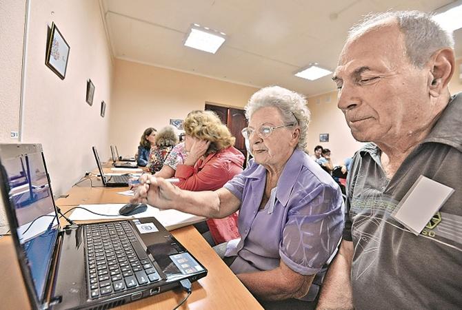 пенсионеры с компьютерами