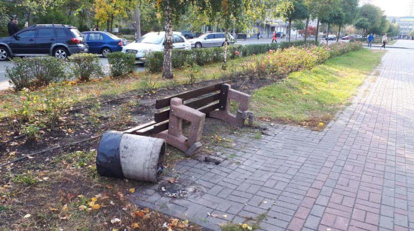 На бульваре Труда вандалы повредили шесть скамеек