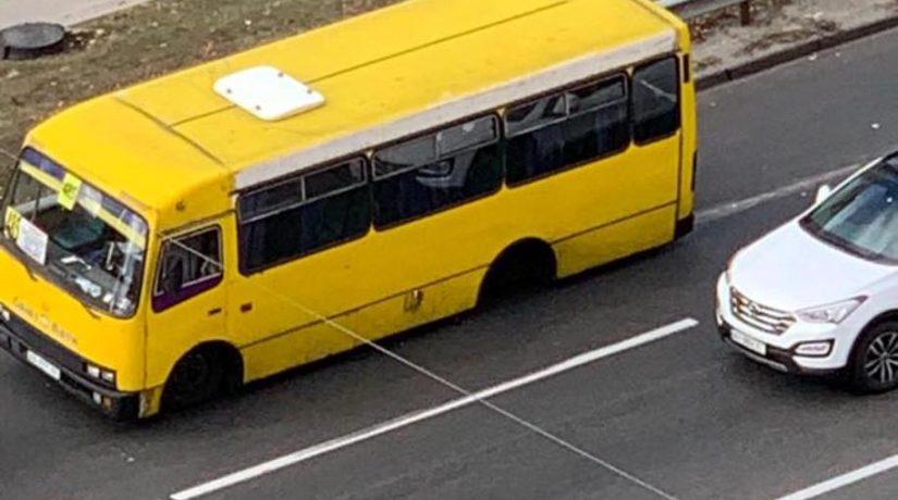 В Киеве отпавшее у маршрутки колесо пробило забор и влетело в Nissan
