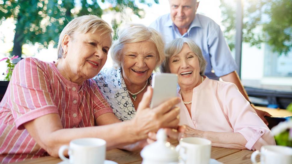 пенсионерки со смартфоном