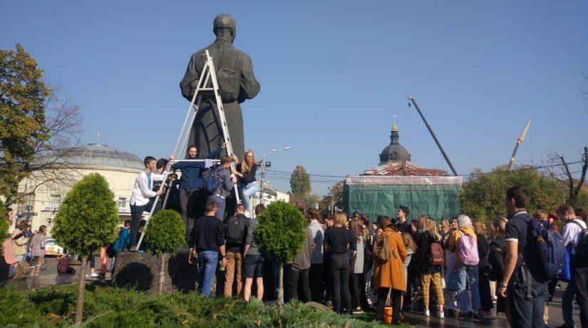Студенты Киево-Могилянской академии помыли памятник Сковороде