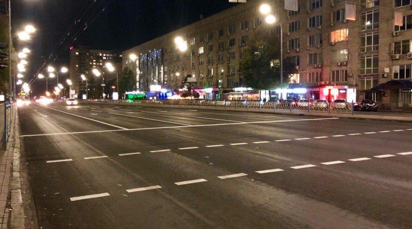На бульваре Леси Украинки нанесли защитный слой покрытия и обновили разметку