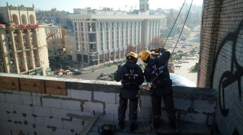 На улице Софиевской демонтируют незаконную надстройку: задействован кран