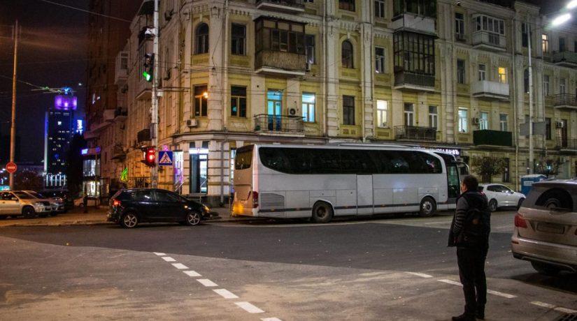 На улице Саксаганского починили теплосеть, движение транспорта возобновили