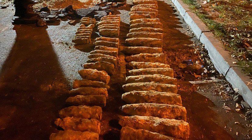 Возле Шулявского путепровода откопали свыше 100 артснарядов и мин