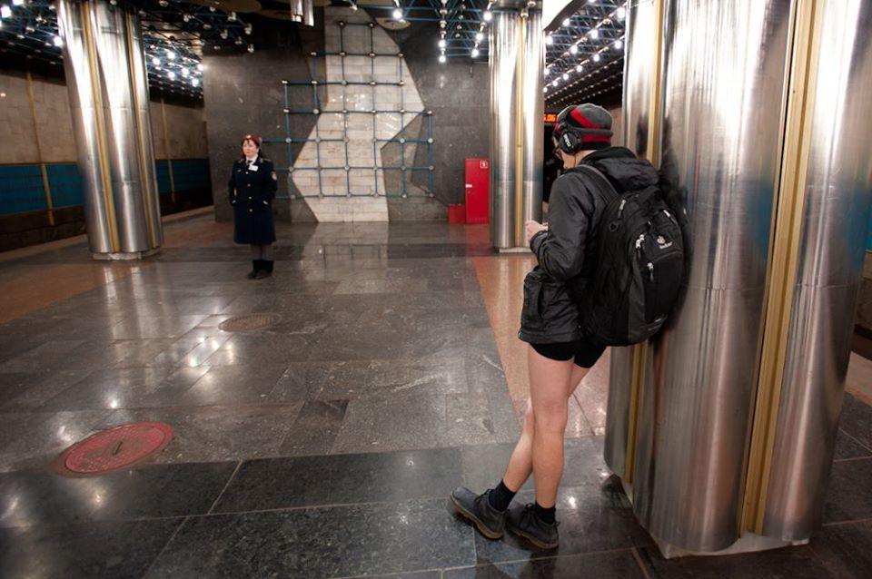 мужик в метро в трусах