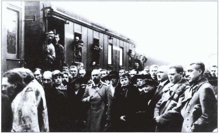 А. П. Алексеева среди персонала санитарного поезда Добровольческой армии