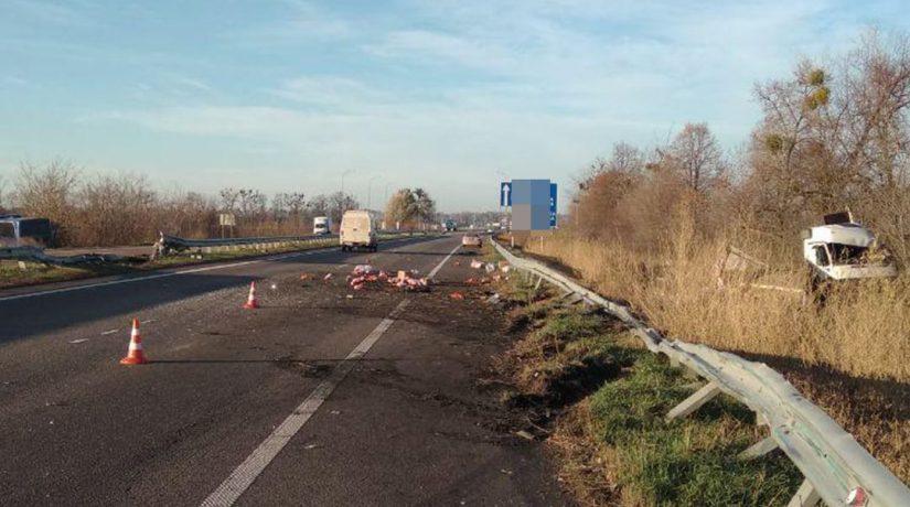 На трассе Киев – Харьков пассажирский автобус и грузовик слетели в кювет