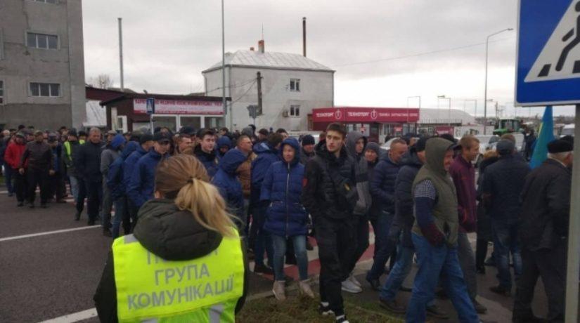 Главные автомагистрали Украины перекрыли протестующие против земельной реформы