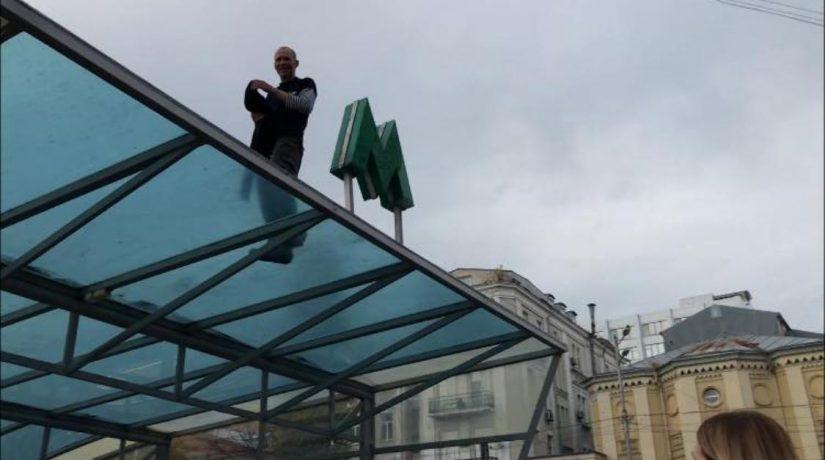 С крыши станции метро «Дворец спорта» сняли мужчину