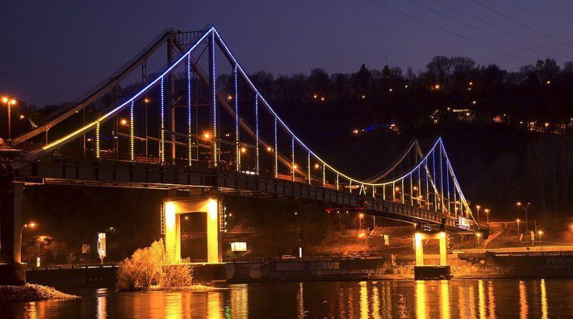 Парковый мост через Днепр подсветят оранжевым цветом