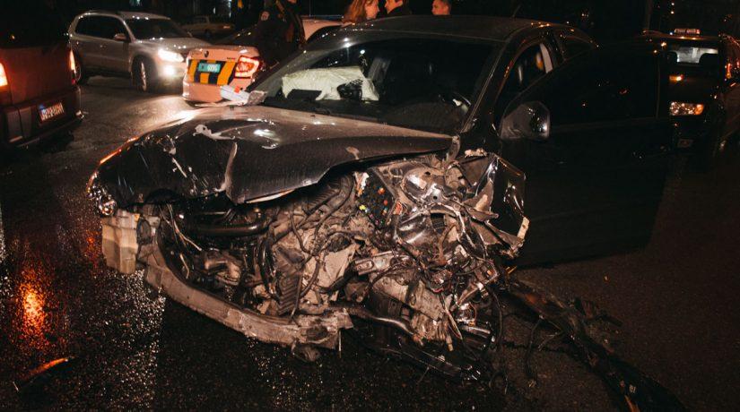 На Лесном в результате ДТП автомобиль Skoda вылетел на тротуар