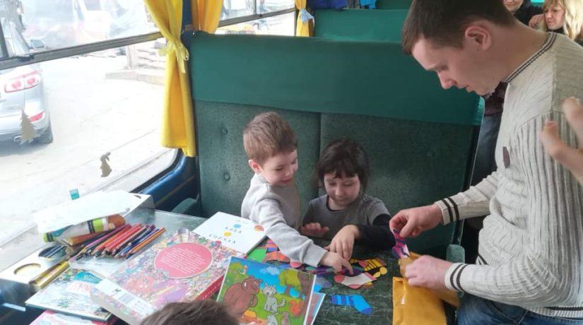 На Подоле зимний «Сказочный трамвайчик» ждет детей в гости