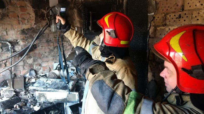 В Святошинском районе во время пожара в пятиэтажке спасли трех человек