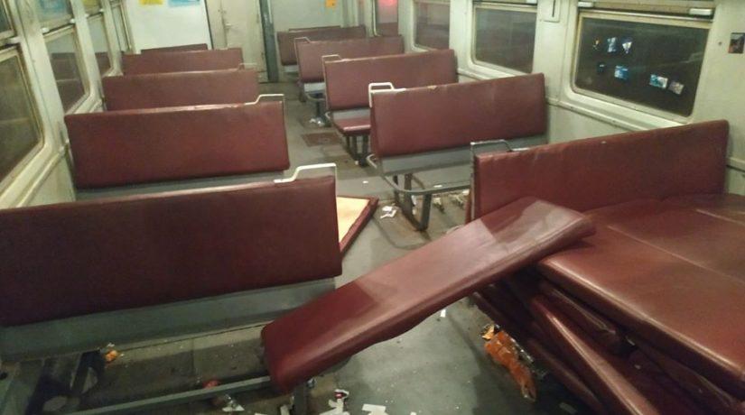 Футбольные болельщики разгромили вагон пригородного поезда