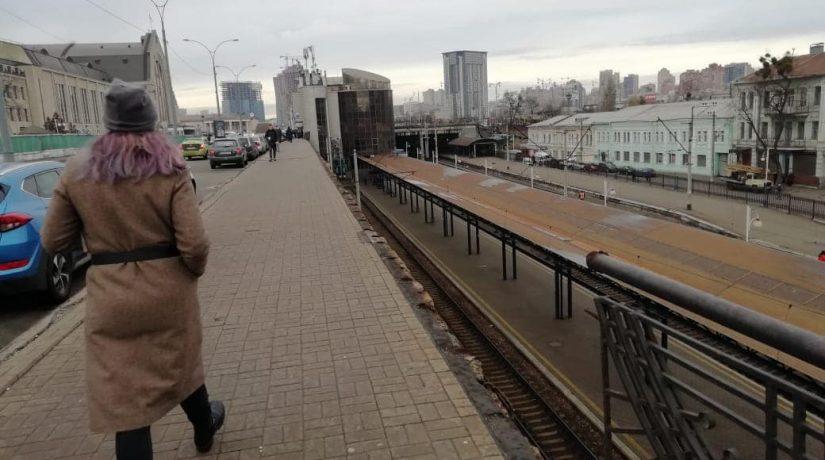 Возле центрального ж/д вокзала обрушилось барьерное ограждение