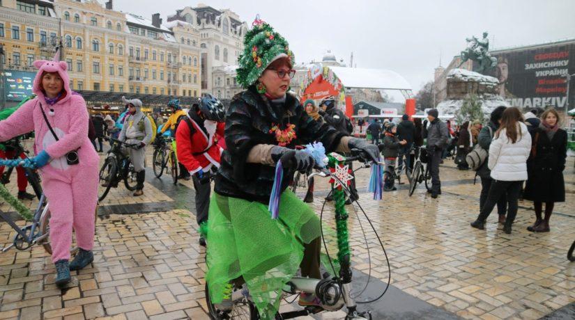 По Киеву проехал первый праздничный велопарад. Как вам костюмы участников?