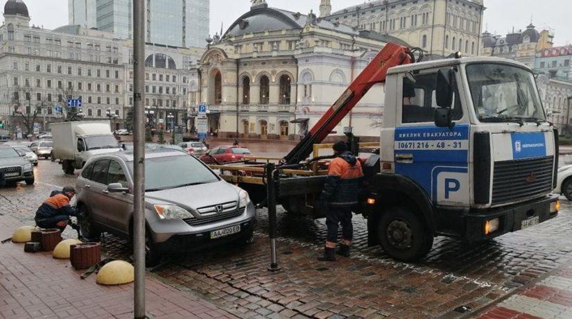 В Киеве начали эвакуировать по 100 автомобилей в день. Дальше будет больше