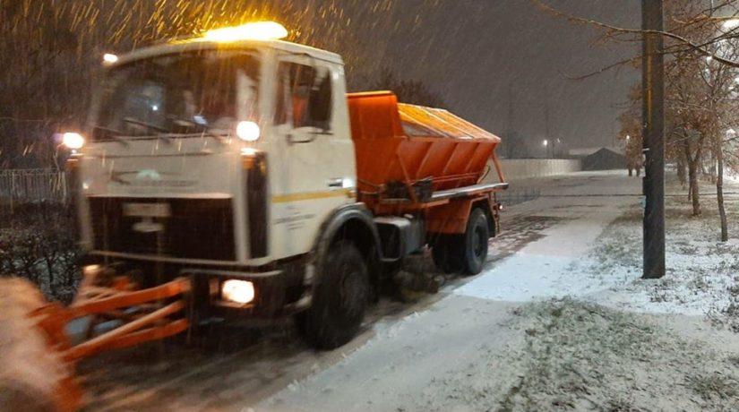 В Киеве с ночи чистят снег и обрабатывают дороги материалами от гололеда