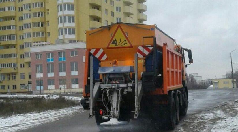 Улицы Киева обрабатывают жидкими хлоридами от гололеда