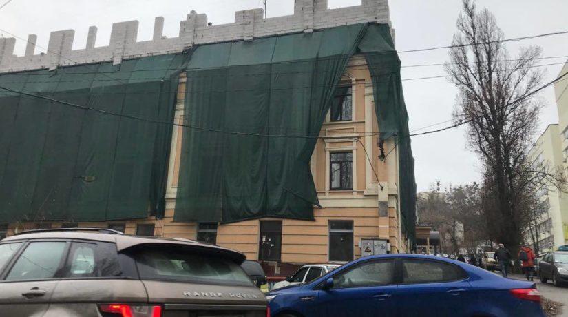 Новый «дом-монстр»: настаринном здании поулице Глубочицкой появилась надстройка