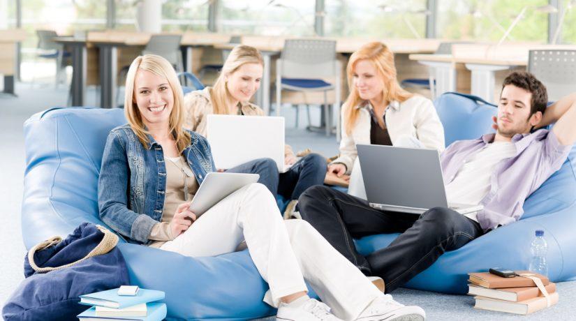 молодежь с ноутбуками