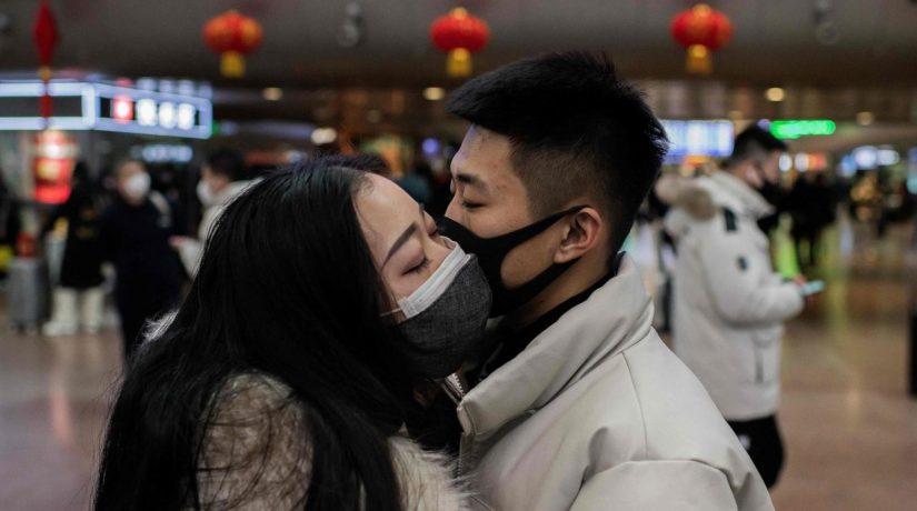 влюбленные в масках от вируса