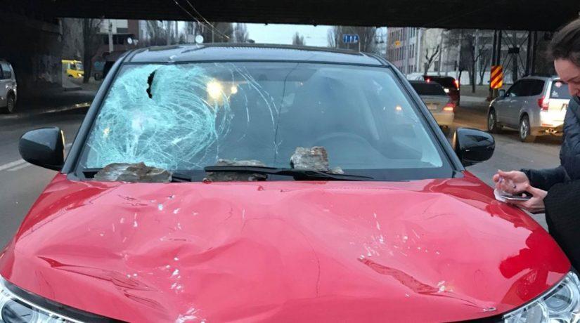 С Дегтяревского моста на машину упал кусок бетона