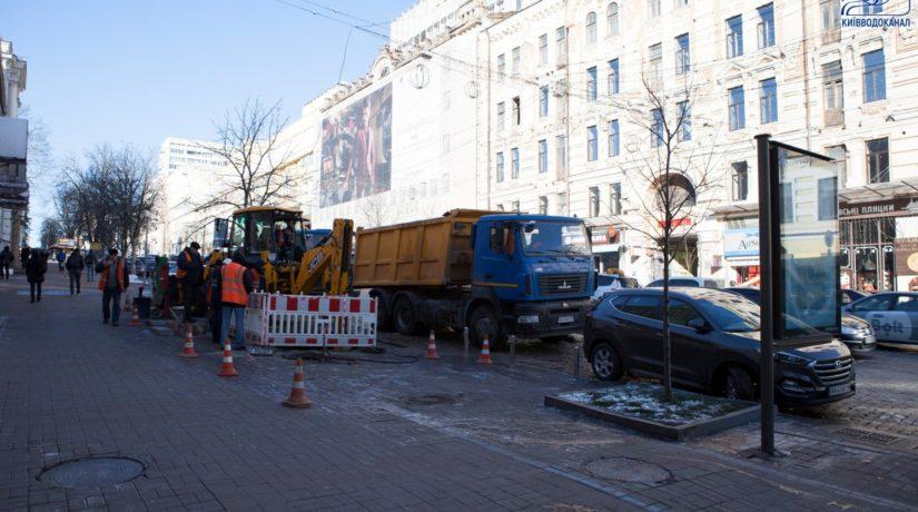 В центре Киева для ликвидации прорыва трубы пришлось убирать киоск