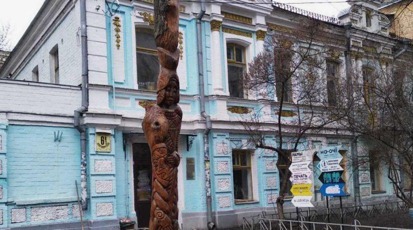 В центр Киева вернули спиленную скульптуру «египетской жрицы»