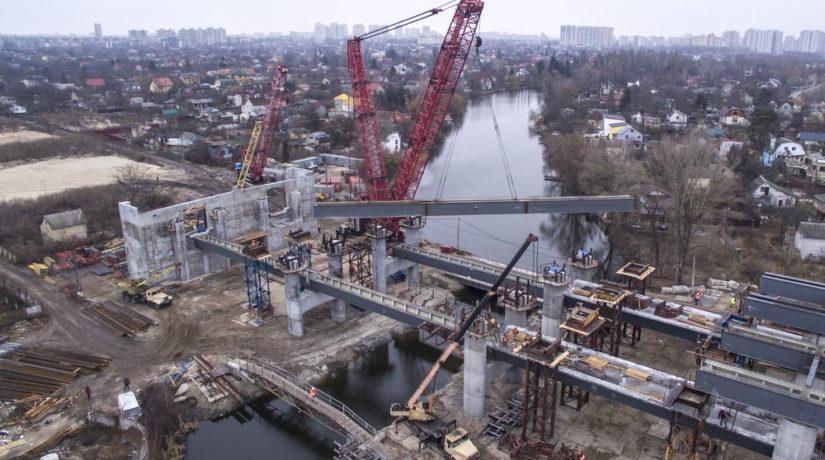 Для моста над Русановским озером установили первые балки
