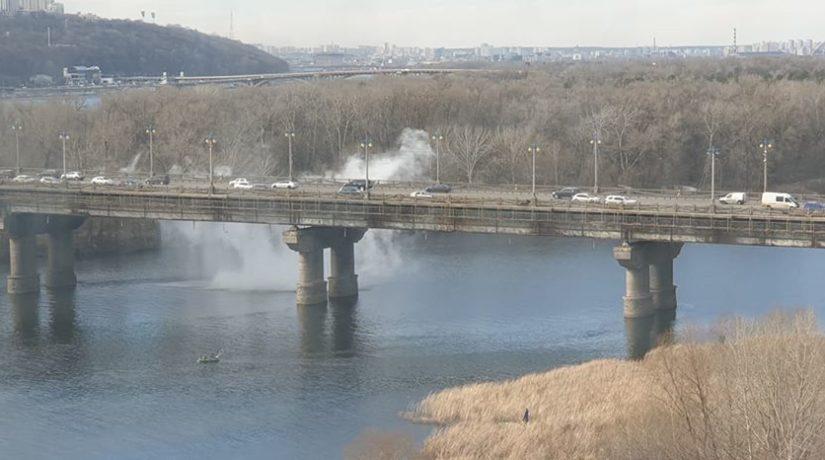 Днепр заливает горячей водой с моста Патона