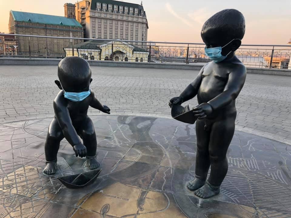 Скульптуры малышей-основателей Киева защитили от коронавируса (ФОТО)