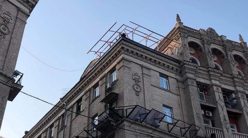Второй раз за полгода: на здании на Майдане демонтировали новую надстройку