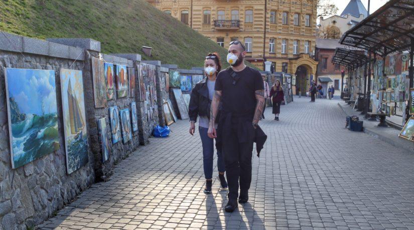 В подъездах, переходах, лифтах – в масках. Кабмин дал разъяснения по новым ограничениям