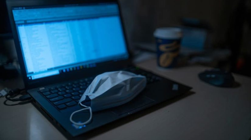 ноутбук, медицинская маска