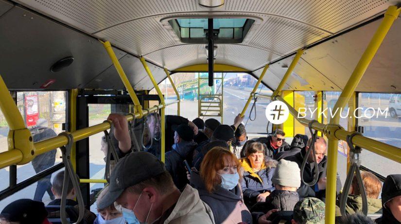 Карантина нет: транспорт – полный, люди – без масок (ФОТО)