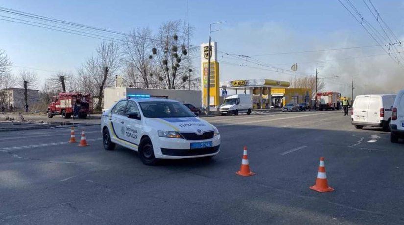 На улице Выговского горят гаражи с двух сторон дороги – движение перекрыто