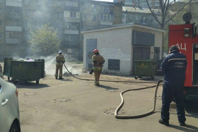 Вандали палять у столиці контейнери для сміття. Комунальники просять зупинитись