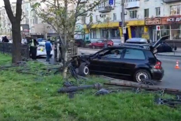 Таксі перекинулось, Volkswagen зніс паркан – наслідки аварії на бульварі Шевченка