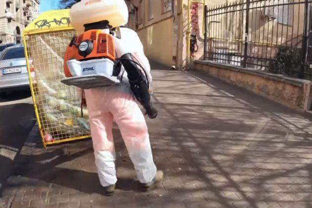 Как дезинфицируют киевские улицы и мусорные баки (ВИДЕО)