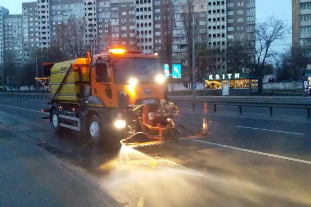 Вночі вулиці Києва мили комунальники