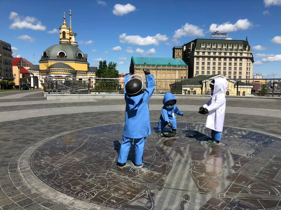 Скульптури малюків-засновників Києва отримали нові вбрання (ФОТО)