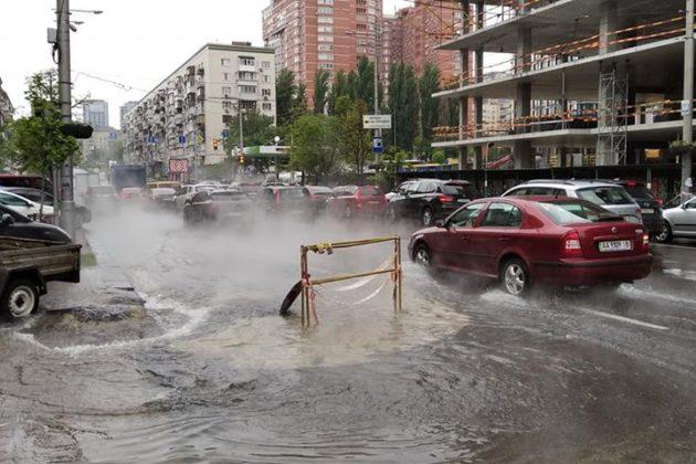 Вулицю Велику Васильківську заливає окропом