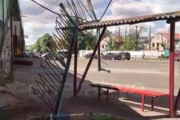 """Ще один """"втомився"""": На Новокостянтинівській огорожа мосту рухнула на зупинку"""